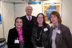 Lothar Binding begrüßt DKFZ-Mitarbeiterinnen auf dem Bundesparteitag
