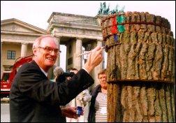 Lothar Binding markiert die Baumscheiben / Anteile des Benzinpreises, für die rot-grün verantwortlich sind und die große Masse derer, für die sich CDU/CSU/FDP verantwortlich zeigen müssen